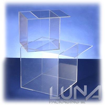 Cubi in plexiglass trasparente con apertura scorrevole for Cubi in legno arredamento